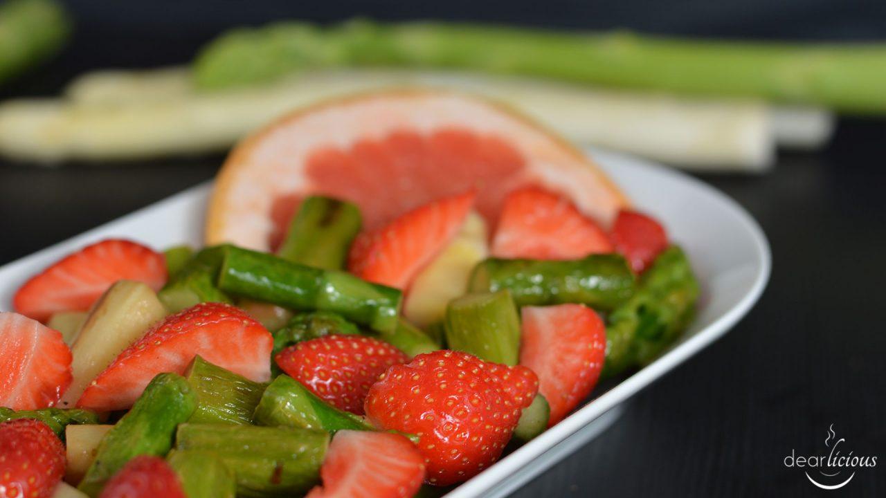 Rezept für Spargel-Erdbeer-Salat mit Grapefruit-Dressing | www.dearlicious.com