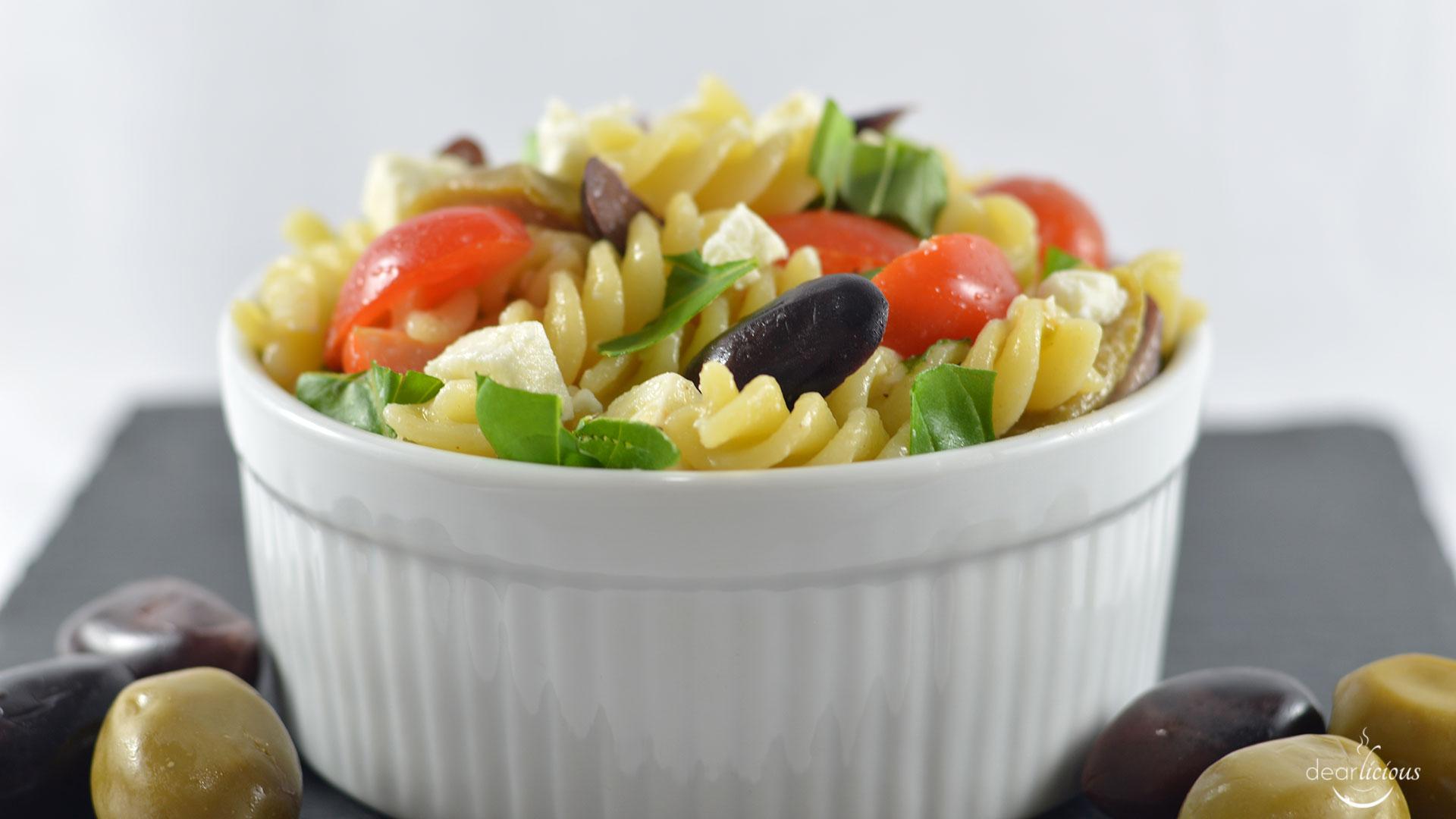 Rezept für einen mediterranen Nudelsalat mit Oliven und Feta | www.dearlicious.com