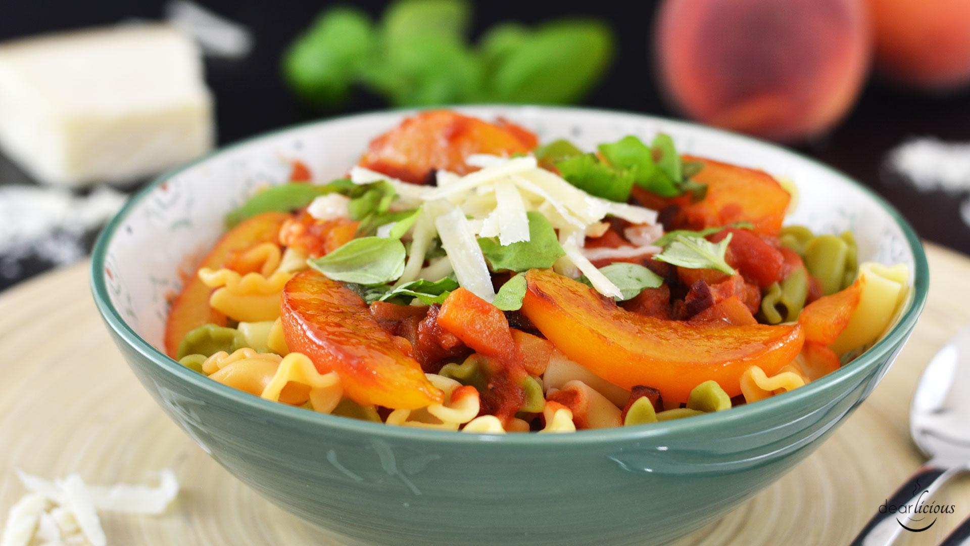 Nudeln mit fruchtiger Tomatensoße und karamellisierten Pfirsichen | www.dearlicious.com
