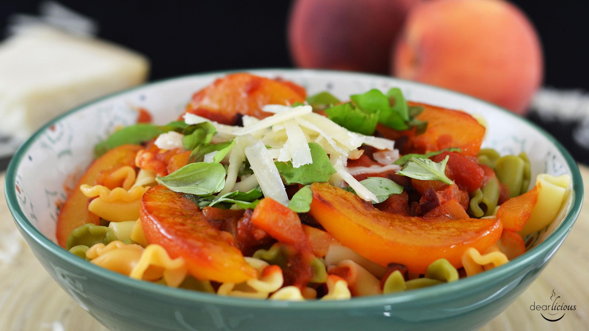 Nudeln mit fruchtiger Tomatensoße und karamellisierten Pfirsichen   www.dearlicious.com